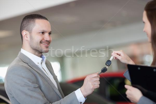 Femme d'affaires homme clés de voiture garage femme Photo stock © wavebreak_media