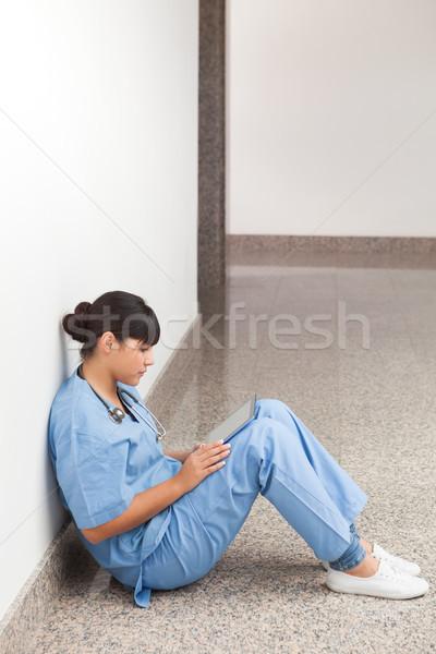 Zdjęcia stock: Pielęgniarki · posiedzenia · ziemi · patrząc · pliku · szpitala