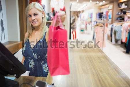 Foto d'archivio: Donna · sorridente · shopping · bag · counter · vestiti · store