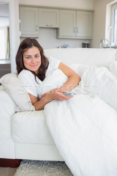 Brunette afstandsbediening sofa huis keuken Stockfoto © wavebreak_media