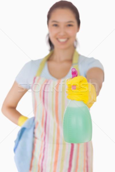 Foto stock: Mulher · jovem · limpador · de · janelas · feliz · feminino · pano · fundo · branco
