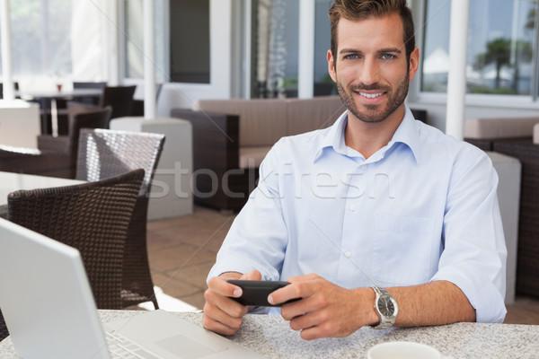 Szczęśliwy biznesmen tekst tabeli patio Zdjęcia stock © wavebreak_media