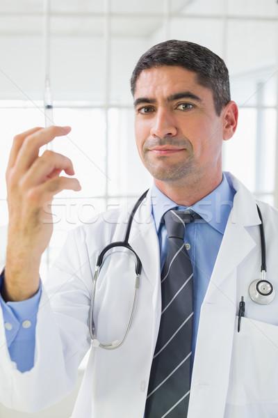 Retrato doctor de sexo masculino inyección brillante hospital Foto stock © wavebreak_media