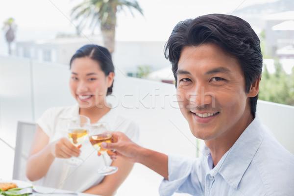 Felice Coppia pasto insieme vino bianco fuori Foto d'archivio © wavebreak_media