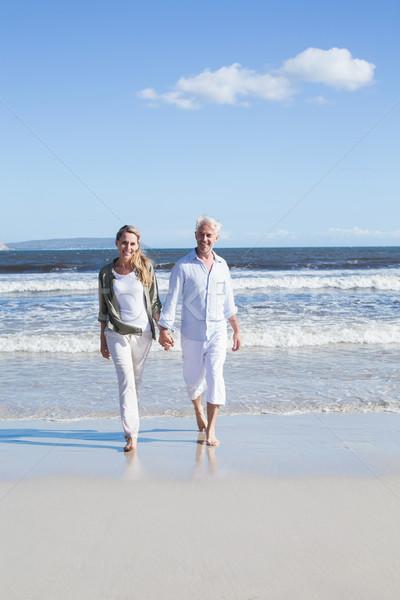 Szczęśliwy para boso plaży człowiek Zdjęcia stock © wavebreak_media