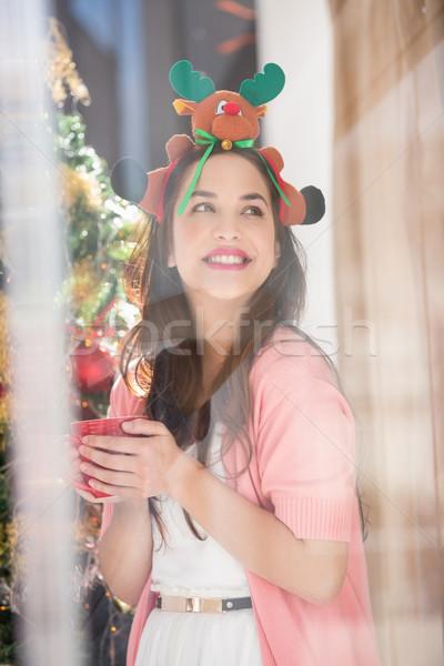 Souriant brunette Noël chapeau mug Photo stock © wavebreak_media
