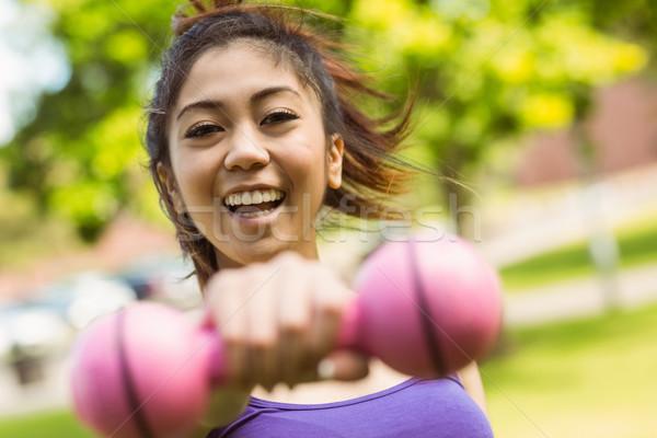 Derűs egészséges nő emel súlyzó park Stock fotó © wavebreak_media