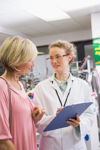 Gyógyszerész ír recept vásárló gyógyszertár nő Stock fotó © wavebreak_media