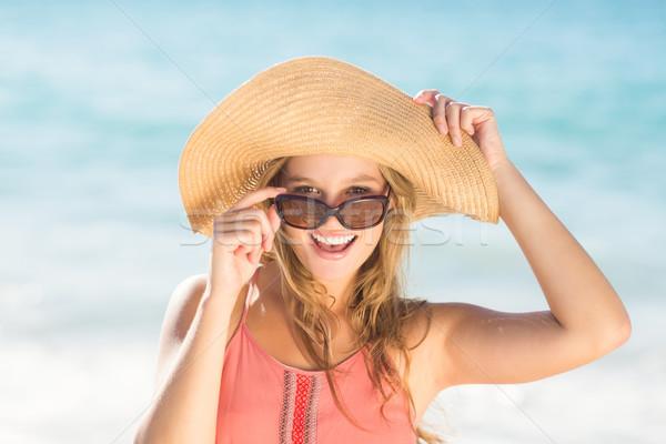 довольно блондинка соломенной шляпе глядя камеры Сток-фото © wavebreak_media