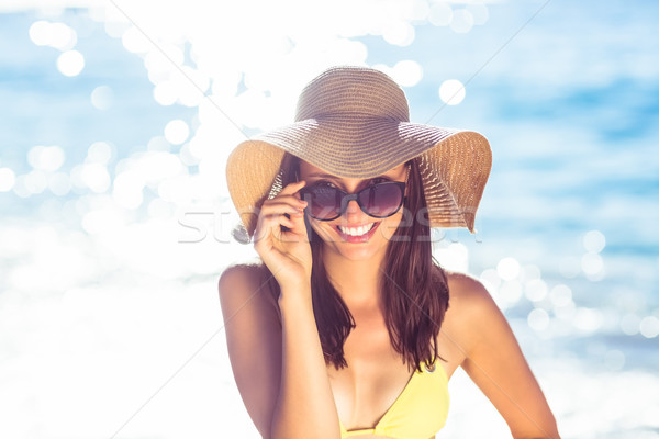 Brunette détente chapeau de paille souriant caméra plage Photo stock © wavebreak_media