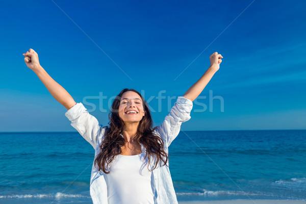 счастливым женщина улыбается пляж женщину морем Сток-фото © wavebreak_media