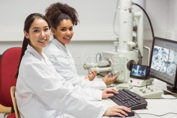 Nauki studentów pracy mikroskopijny obraz Zdjęcia stock © wavebreak_media