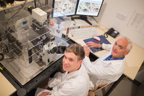 Estudante olhando microscópico computador universidade Foto stock © wavebreak_media