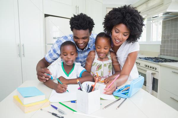 Foto stock: Feliz · pais · ajuda · crianças · lição · de · casa · casa