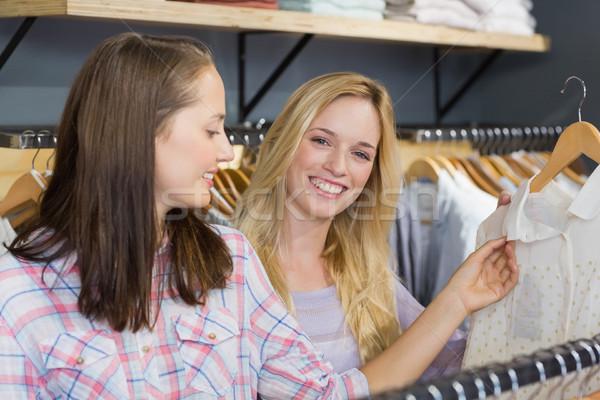 Mosolyog szőke nő mutat ruházat barát bolt Stock fotó © wavebreak_media
