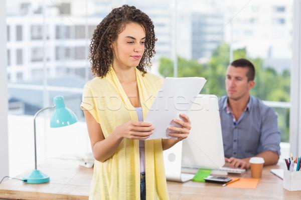 Atento empresária leitura caderno colega atrás Foto stock © wavebreak_media