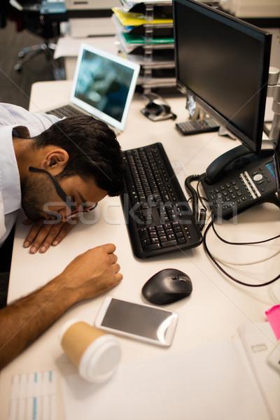 ストックフォト: 疲れ · ビジネスマン · 寝 · オフィス · デスク · コンピュータ