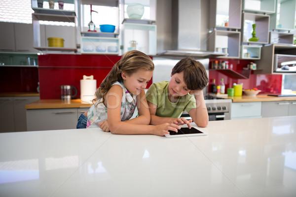 Feliz irmãos digital comprimido cozinha casa Foto stock © wavebreak_media