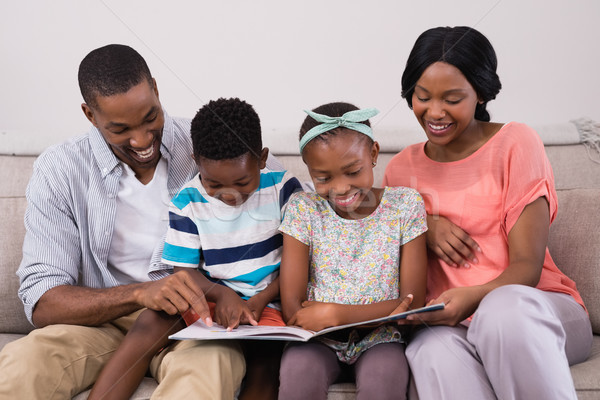 Aile okuma dergi oturma kanepe ev Stok fotoğraf © wavebreak_media