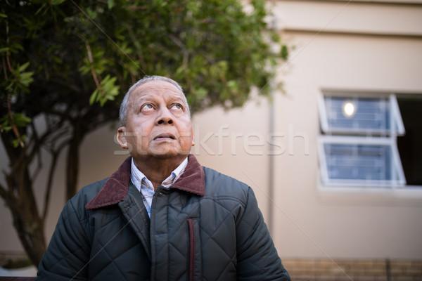 Nyugdíjas idős férfi felfelé néz öregek otthona boldog Stock fotó © wavebreak_media