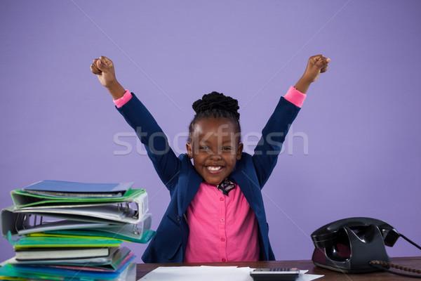Portré boldog üzletasszony karok a magasban asztal akták Stock fotó © wavebreak_media