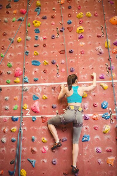 Mulher escalada para cima rocha parede ginásio Foto stock © wavebreak_media