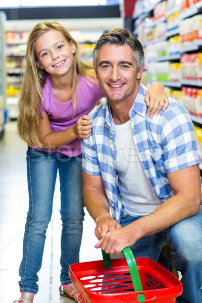 Padre hija supermercado sonriendo cámara negocios Foto stock © wavebreak_media