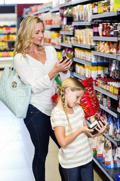 Mãe filha leitura valores produtos supermercado Foto stock © wavebreak_media