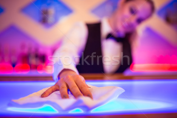 Schoonmaken counter servet verlicht bar vrouw Stockfoto © wavebreak_media