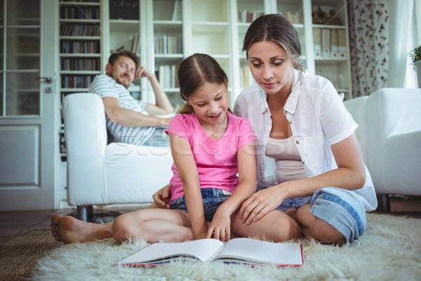 Anya lánygyermek ül padló néz fényképalbum Stock fotó © wavebreak_media