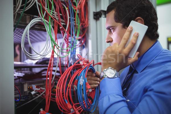 техник говорить мобильного телефона кабелей стойку любви Сток-фото © wavebreak_media