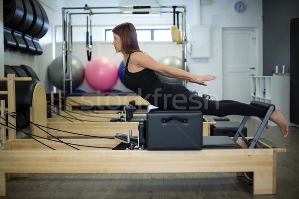 Kobieta wykonywania siłowni Zdjęcia stock © wavebreak_media