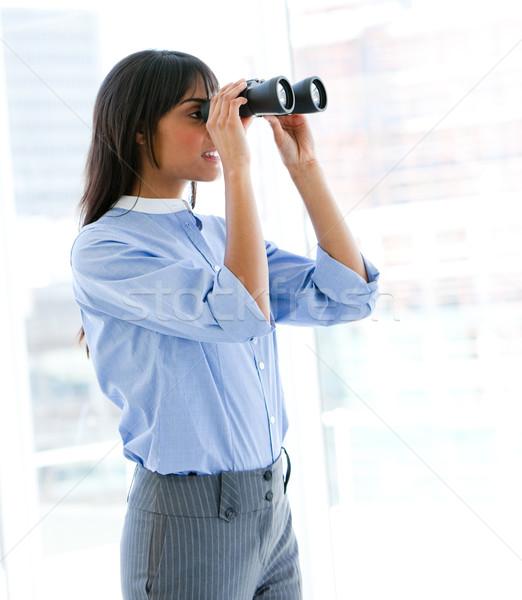 Kobiet wykonawczej patrząc lornetki biuro szczęśliwy Zdjęcia stock © wavebreak_media