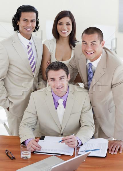Tolakodó üzletemberek tanul irat megbeszélés munka Stock fotó © wavebreak_media