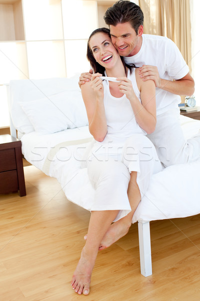 Joyeux couple sur résultats test de grossesse Photo stock © wavebreak_media