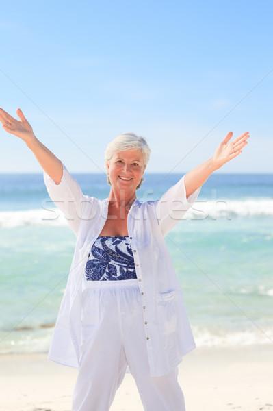 Gelukkig gepensioneerd vrouw strand oceaan Blauw Stockfoto © wavebreak_media