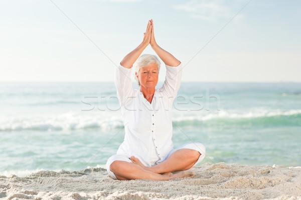 érett nő gyakorol jóga tengerpart nők boldog Stock fotó © wavebreak_media