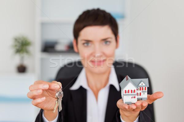 Mulher miniatura casa chave câmera Foto stock © wavebreak_media