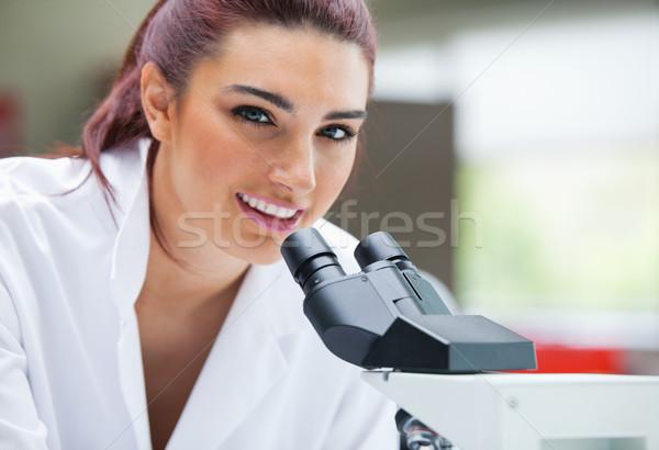 Közelkép tudós pózol mikroszkóp laboratórium nő Stock fotó © wavebreak_media