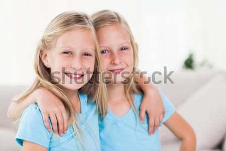 Mosolyog testvérek együtt kanapé mosoly szeretet Stock fotó © wavebreak_media