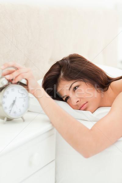 Mujer cama ahora despierto mano despertador Foto stock © wavebreak_media