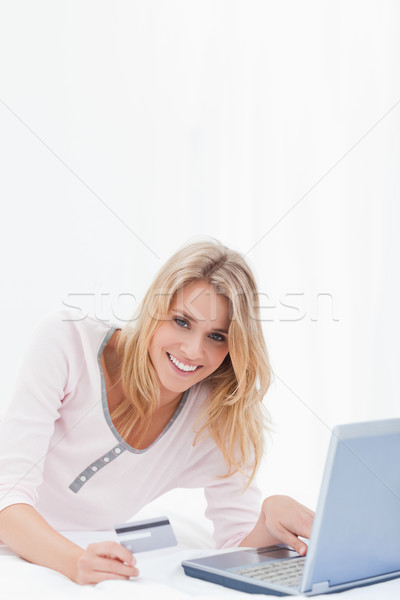 Mulher usando laptop cartão de crédito ordem on-line olhando Foto stock © wavebreak_media