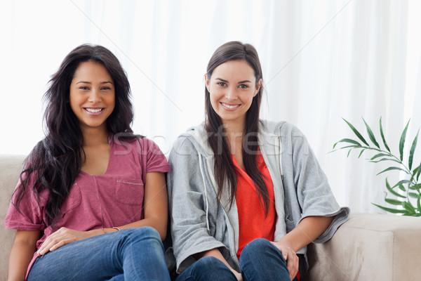 две женщины улыбка сидят диване вместе посмотреть Сток-фото © wavebreak_media