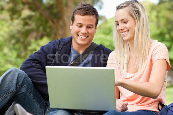 Fiatalok ül laptopot használ park számítógép diákok Stock fotó © wavebreak_media