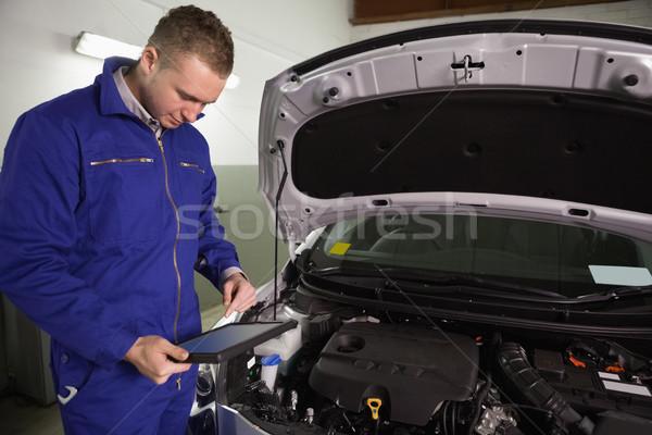 Mécanicien regarder garage voiture métal Photo stock © wavebreak_media