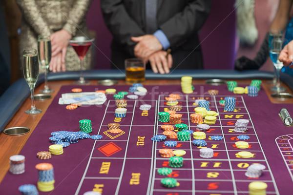 Personas pie mesa mirando casino dinero Foto stock © wavebreak_media