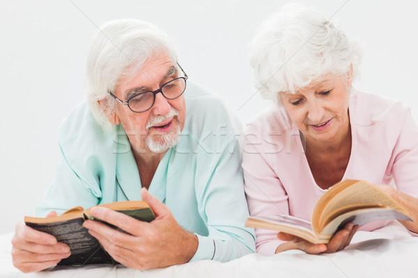 Koca eş okuma yaşlı yatak Stok fotoğraf © wavebreak_media