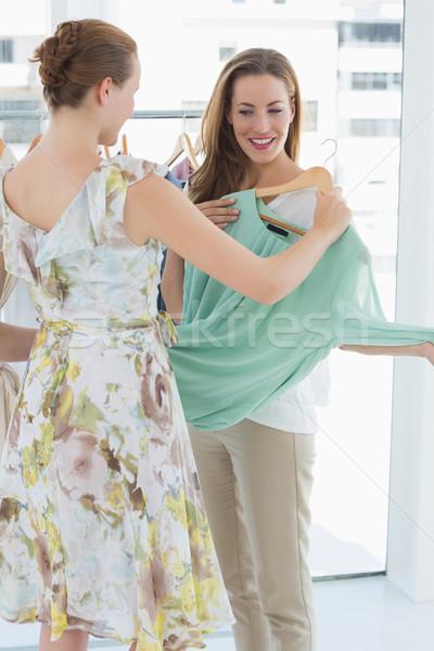 Photo stock: Jeunes · femmes · Shopping · vêtements · magasin · deux · heureux