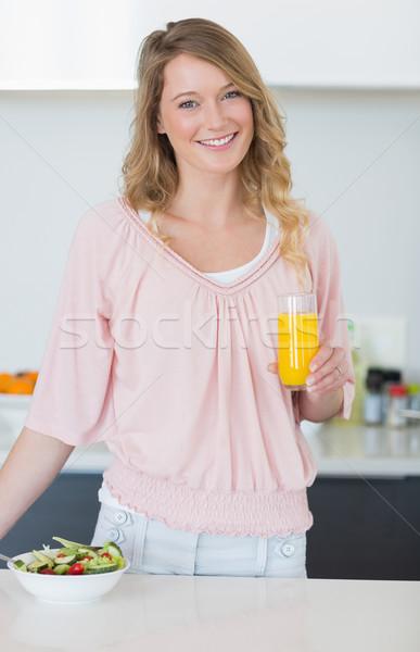 Kadın salata portakal suyu mutfak portre Stok fotoğraf © wavebreak_media