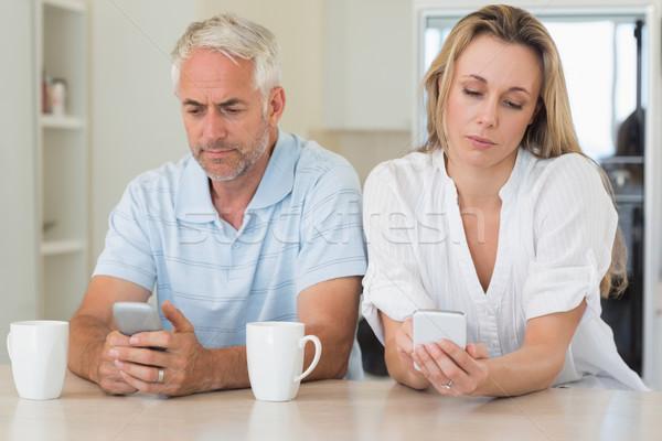 Unatkozik pár ül pult sms chat otthon Stock fotó © wavebreak_media